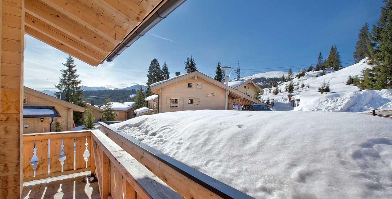 uitzicht murmelalm chalet in sneeuw