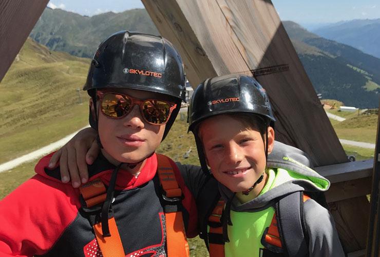 kinderen met helm
